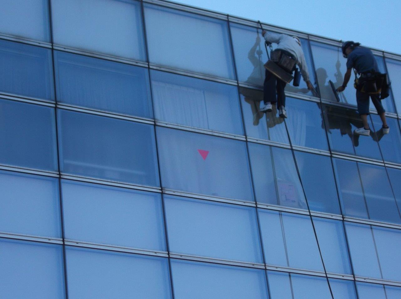 高層階の窓の定期清掃